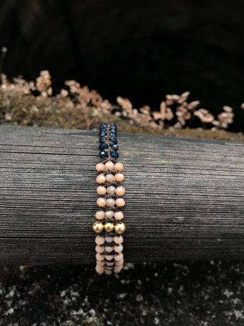 Rose, 14 karaat gold and indigo beads bracelet